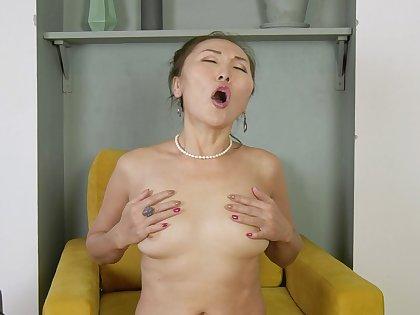 Perfect traduce solo featuring mature Asian Lira Kissy