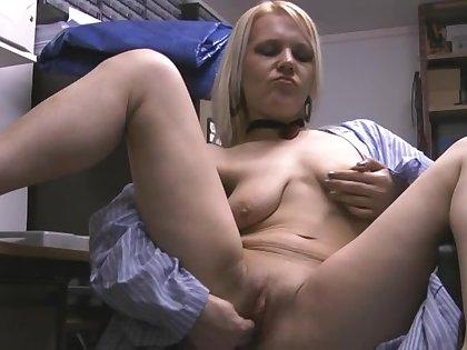 Sweet girl Cameron Amor enjoys fingering their way pussy exceeding a armchair