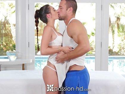 Beautiful girlfriend Michelle Taylor gives a wonderful nuru massage hither Johnny Ch�teau